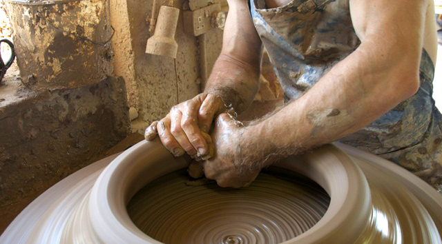Making-handmade-pots-at-Whichford-Pottery